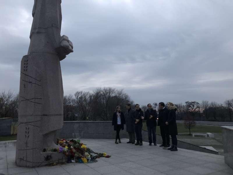 Британські парламентарії відвідали схід України і побачили наслідки російської агресії на Донбасі
